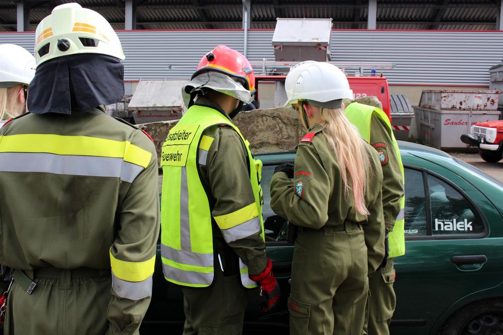 Die Jugendlichen beim Arbeiten am Unfallfahrzeug